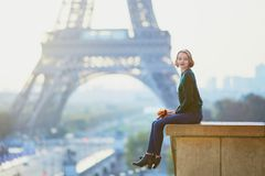 Bella giovane donna francese vicino alla torre Eiffel a Parigi fotografie stock