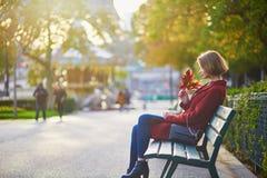 Bella giovane donna francese vicino alla torre Eiffel a Parigi immagine stock