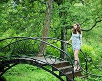 Bella giovane donna in giardino immagine stock libera da diritti