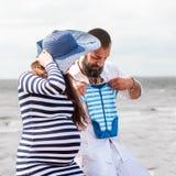 Bella giovane donna incinta con l'uomo Fotografie Stock