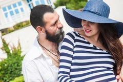 Bella giovane donna incinta con l'uomo Fotografia Stock Libera da Diritti
