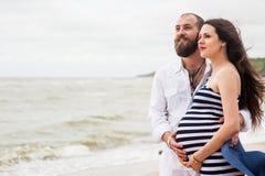 Bella giovane donna incinta con l'uomo Immagine Stock