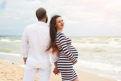 Bella giovane donna incinta con l'uomo Fotografie Stock Libere da Diritti