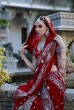 Bella giovane donna indiana in abbigliamento tradizionale con nuziale immagini stock