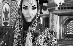 Bella giovane donna indiana in abbigliamento tradizionale con nuziale fotografie stock libere da diritti