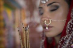 Bella giovane donna indiana in abbigliamento tradizionale con nuziale immagine stock