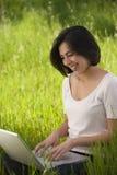 Bella giovane donna ispanica che lavora al computer portatile Immagine Stock Libera da Diritti