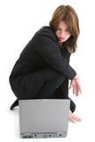 Bella giovane donna ispanica con il computer portatile Fotografie Stock