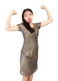 Bella giovane donna le che mostra muscolosità e sguardo Immagini Stock Libere da Diritti