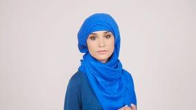 Bella giovane donna musulmana stock footage