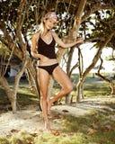 Bella giovane donna negli alberi Immagine Stock