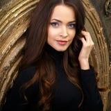 Bella giovane donna nei corpi neri sopra fondo scuro Fotografia Stock