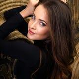 Bella giovane donna nei corpi neri sopra fondo scuro Fotografie Stock