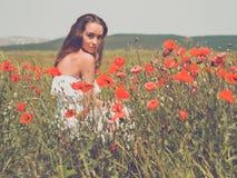 Bella giovane donna nel campo del papavero Fotografia Stock Libera da Diritti