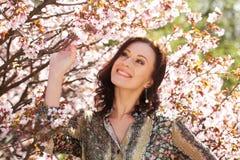 Bella giovane donna nel giardino del fiore Immagine Stock