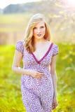 Bella giovane donna nel giardino di verde di estate Immagine Stock