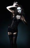 Bella giovane donna nell'immagine del pagliaccio strano gotico triste Immagine Stock Libera da Diritti