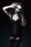 Bella giovane donna nell'immagine del pagliaccio strano gotico triste Fotografia Stock