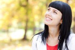Bella giovane donna nella foresta di autunno Immagine Stock Libera da Diritti