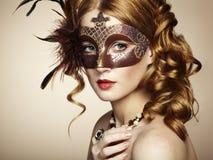 Bella giovane donna nella mascherina veneziana marrone Fotografie Stock Libere da Diritti