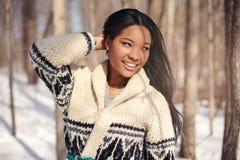 Bella giovane donna nella neve nell'inverno Fotografie Stock