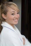 Bella giovane donna nella preparazione della stanza della stazione termale Immagine Stock