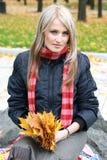 Bella giovane donna nella sosta di autunno Immagini Stock Libere da Diritti