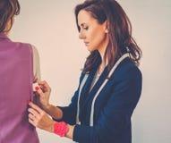 Bella giovane donna nelle alte mode dell'atelier di modo fotografia stock