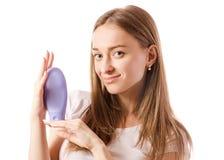 Bella giovane donna nelle mani di un barattolo di crema per il corpo per le mani fotografie stock libere da diritti