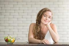 Bella giovane donna nelle posizioni allegre con l'insalatiera fotografia stock libera da diritti