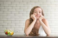 Bella giovane donna nelle posizioni allegre con l'insalatiera immagini stock libere da diritti