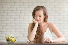 Bella giovane donna nelle posizioni allegre con l'insalatiera immagine stock