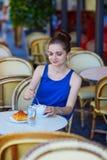 Bella giovane donna parigina in caffè Fotografia Stock