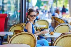 Bella giovane donna parigina in caffè Immagini Stock Libere da Diritti