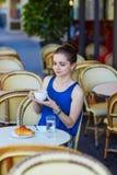 Bella giovane donna parigina in caffè Fotografie Stock