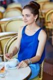 Bella giovane donna parigina in caffè Immagine Stock