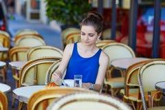 Bella giovane donna parigina in caffè Immagine Stock Libera da Diritti