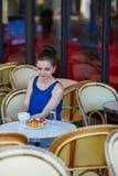 Bella giovane donna parigina in caffè Immagini Stock