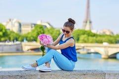 Bella giovane donna parigina con le peonie Fotografia Stock