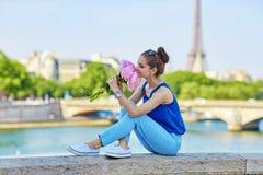 Bella giovane donna parigina con le peonie Immagine Stock Libera da Diritti