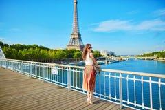 Bella giovane donna parigina vicino alla torre Eiffel fotografia stock libera da diritti