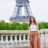Bella giovane donna parigina vicino alla torre Eiffel fotografia stock