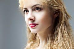 Bella giovane donna premurosa, domande fotografie stock libere da diritti