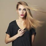 Bella giovane donna Ragazza bionda Trucco del salone di bellezza fotografia stock