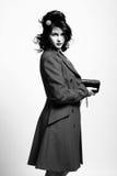 Bella giovane donna in retro cappotto fotografie stock libere da diritti