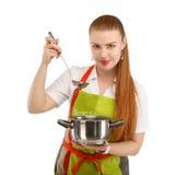 Bella giovane donna sexy che cucina pasto isolato su backgr bianco immagine stock libera da diritti