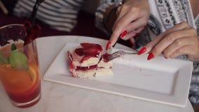 Bella giovane donna sexy che gode mangiando il dolce appetitoso della pasticceria facendo uso dell'inclinazione della forcella su stock footage