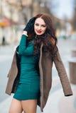 Bella giovane donna sexy con capelli biondi lunghi con il vestito lungo d'uso dal partito di trucco naturale, pelliccia, pelle de Immagini Stock