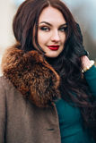 Bella giovane donna sexy con capelli biondi lunghi con il vestito lungo d'uso dal partito di trucco naturale, pelliccia, pelle de Fotografie Stock