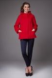 Bella giovane donna di affari con tacchi alti d'uso degli stivali del rivestimento del cappotto della lana dei pantaloni di  Immagini Stock Libere da Diritti